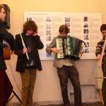 Atmosféru vernisáže podtrhly studentské písně