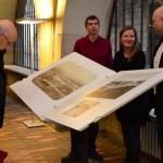 Vernisáž navstívil prof. Ivan Hlaváček z Katedry pomocných věd historických a archivního studia FF UK (na snímku vlevo)