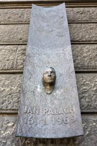 Posmrtná maska Jana Palacha na hlavní budově Filozofické fakulty Univerzity Karlovy v Praze; zdroj: archiv FF UK