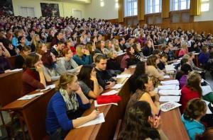 Posluchači ve Velké aule hlavní budovy Filozofické fakulty Univerzity Karlovy v Praze; zdroj: archiv FF UK