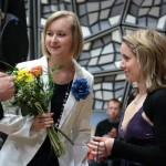 Silvie Ulrichová, marketingová a PR manažerka Českého rozhlasu (na snímku vpravo), děkuje kurátorce výstavy Bc. Lence Kaloušové