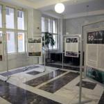 Výstava 90 let s vámi na deseti stanovištích v centru Prahy přibližuje významné události novodobých českých dějin z pohledu Českého rozhlasu