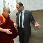Jeho Svatost dalajlamu na Filozofické fakultě UK uvítal Ing. Jiří Gregor, proděkan FF UK pro rozvoj