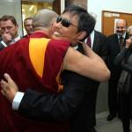 Čchen Kuang-čcheng, čínský aktivista za lidská práva, se vítá s dalajlamou