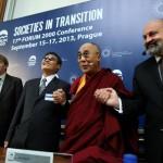 Debatu pořádala nadace Forum 2000 (zleva: tlumočník, čínský disident Čchen Kuang-čcheng, Jeho Svatost dalajlama a prof. Tomáš Halík)