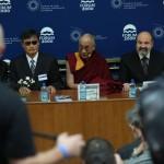 Diskutující se zabývali pojmy tolerance, respekt či demokracie (zleva: Čchen Kuang-čcheng, Jeho Svatost dalajlama a prof. Tomáš Halík)
