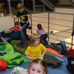 Nocleh ve spacáku pod proskleným stropem knihovny byl pro děti největším zážitkem