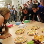 Zaměstnanci a stipendisti knihovny hromadně sfoukávají svíčky