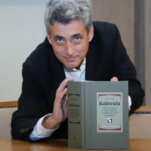 doc. Jan Čermák s novým vydáním Kalevaly; foto: Stanislava Kyselová, Akademický bulletin
