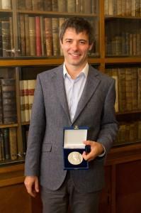 Dr. Souček se stříbrnou pamětní medailí děkanky FF UK