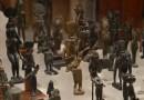 Bronzové sošky staroegyptských bohů — v (Ägyptologisches Institut/Ägyptisches Museum Georg Steindorff, Leipzig)
