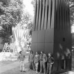 Truhláři z firmy pana Havlíčka z Vítějevsi před dokončenými objekty v zahradách Pražského hradu. (foto: Jaroslav Zastoupil)