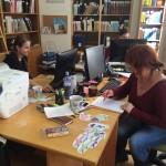Většinu pomůcek si pro Andersena vyrábíme sami. Knihovnice Knihovny Etnologie Kamila v akci.