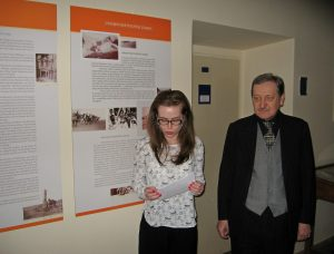 Vernisáž výstavy, profesor Gombár a Barbora Půtová
