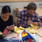 Ve spolupráci s mongolisty proběhla v KJP živá ukázka a workshop šití barintagů, mongolských tradičních látkových obalů na  knihy sútrového formátu.