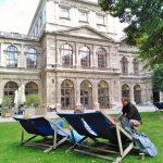 Univerzitní lehátka na dvoře Vídeňské univerzity, to nám na FF chybí asi nejvíc!
