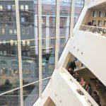 Budova, ve které knihovna sídlí je skvostem moderní severské architektury