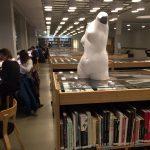 Studijní centrum, které studentům slouží jako místo ke studiu, setkávání i odpočinku je umístěno ve zrekonstruované budově věhlasného finského architekta Alvara Aalto