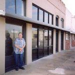 Pan Joe Vrabel před redakcí Našince v Grangeru, Texas