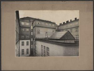 Původní skleněná výtahová šachta ze 30. let