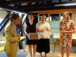 Anna Krýsová (zcela vpravo) při převzetí výhry, kterou předává Peter Keulers, zástupce nizozemského velvyslance v Praze (vlevo) za asistence dvou spolupracovnic z nizozemského velvyslanectví