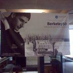 Architekt Paul Koralek na plakátu připomínajícím padesátileté výročí otevření knihovny