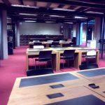 Další studijní místa v suterénu knihovny. V pozadí jsou vidět bedny s časopisy, které již byly zdigitalizovány a nyní čekají na přesun do externích skladů