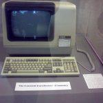 Jeden z prvních počítačů (z r. 1982), které byly v knihovně využívány