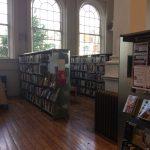 Studovna je rozdělena do dvou částí – v jedné jsou umístěna studjiní místa pro návštěvníky (viz předchozí foto) a ve druhé regály s tituly věnovanými ponejvíce Dublinu a Irsku