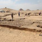 Obr. 2. Pohled na vstupní pylon chrámu s abúsírskými pyramidami na obzoru, (c) FF UK, Český egyptologický ústav.
