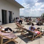 Podobná terasa nám na fakultě vyloženě chybí… (Teilbibliothek Stammgelände, TUM)