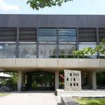 Knihovnu fyziky najdete až na okraji kampusu, od metra jděte pořád rovně… (Teilbibliothek Physik, TUM)