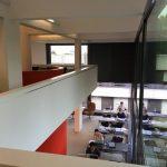 Knihovna fyziky nedávno prošla rekonstrukcí s cílem poskytnout studentům co nejvíce studijního prostoru. (Teilbibliothek Physik, TUM)