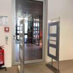 Dveře se automaticky zavřou, pokud uživatel prochází bezpečnostní branou s řádně nenačtenými výpůjčkami. (Teilbibliothek Physik, TUM)